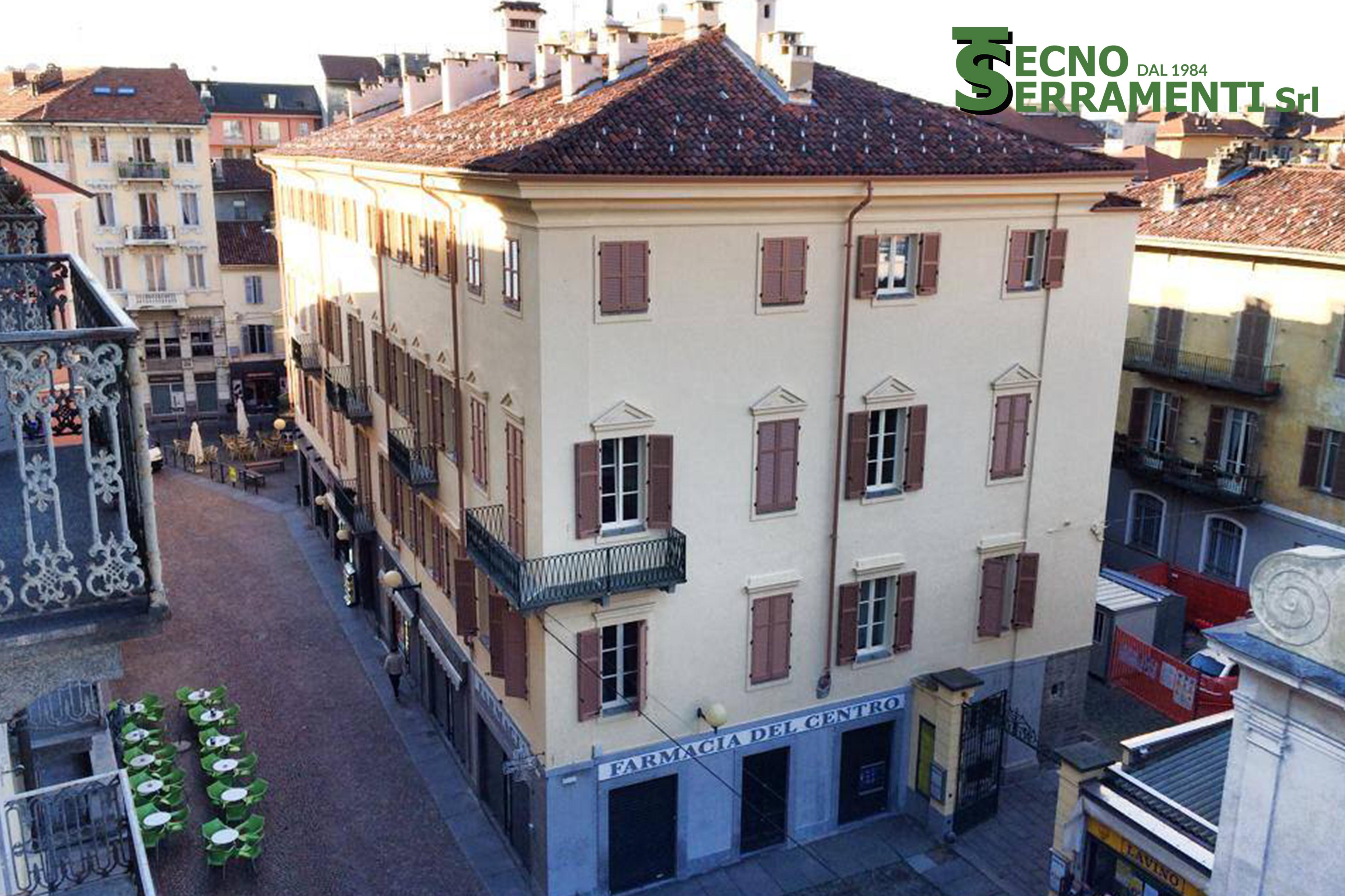 Palazzo storico privato: 150 serramenti in legno e persiane murare