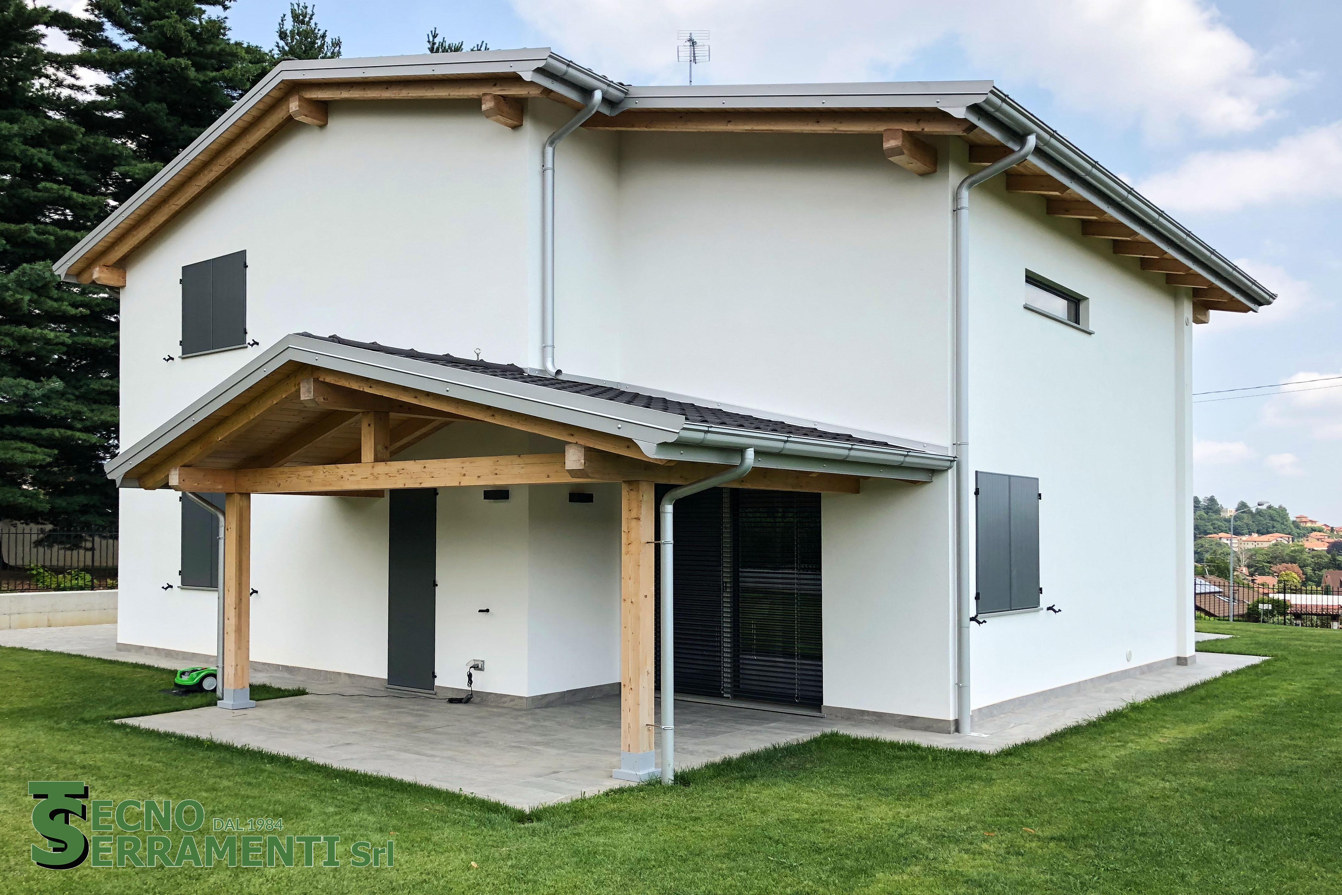 Abitazione privata: serramenti in legno, antoni, frangisole, scala in legno, porte interne